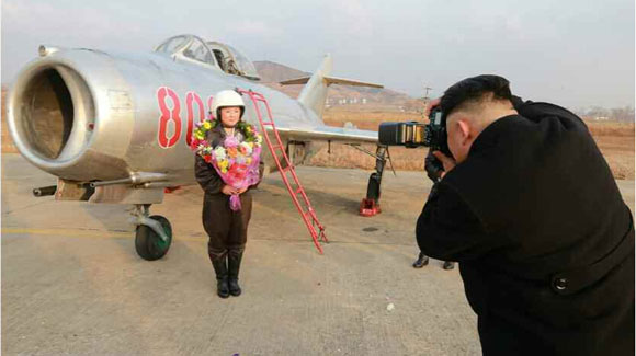 金正恩指导朝空军训练 为女飞行员拍照