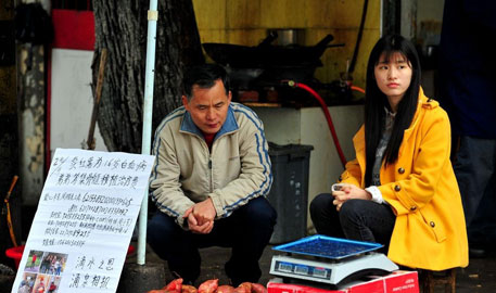 武汉女大学生休学卖红薯给白血病弟弟治病