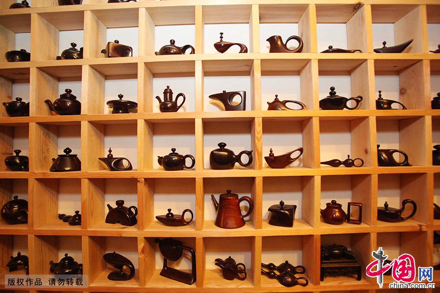 天津人魏宝全有个拿手绝活,就是制作紫檀木雕壶。他制作壶的材料多为紫檀、黄花梨等名贵木料,经过精雕细刻多道打磨而成。每把壶都不相同,大如拳小如栗,精致美妙让人爱不释手。 中国网图片库 指阅/摄