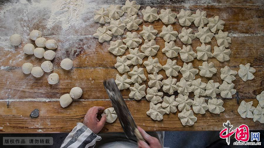 制作京江脐的时候,将加油的面粉揉成小团,呈馒头样,用刀轻轻切成六角形。中国网图片库 封疆江/摄