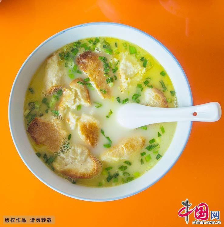 泡在羊肉汤里的京江脐香味袭人。中国网图片库 封疆江/摄