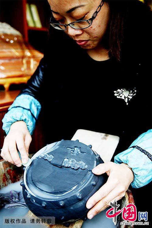 """一名工艺师正在对""""文房四宝""""中的歙砚进行打磨。中国网图片库 吴孙民/摄"""