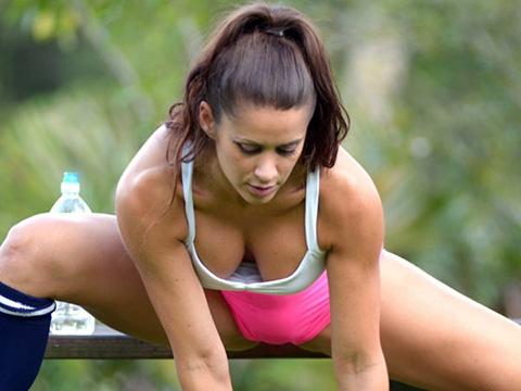 美女超模爱瑜伽 丰乳肥臀展示高难度动作