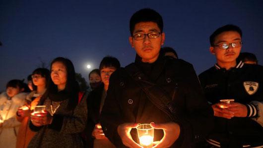 南京大学生点燃烛光铭记'12·13'