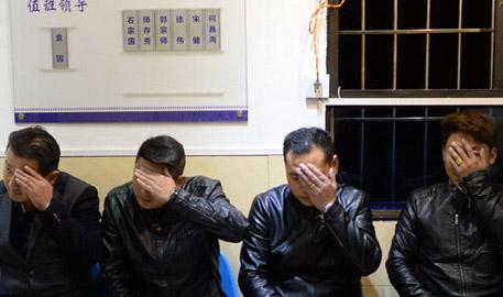 4人组团坐飞机到重庆行乞 3人用苹果手机