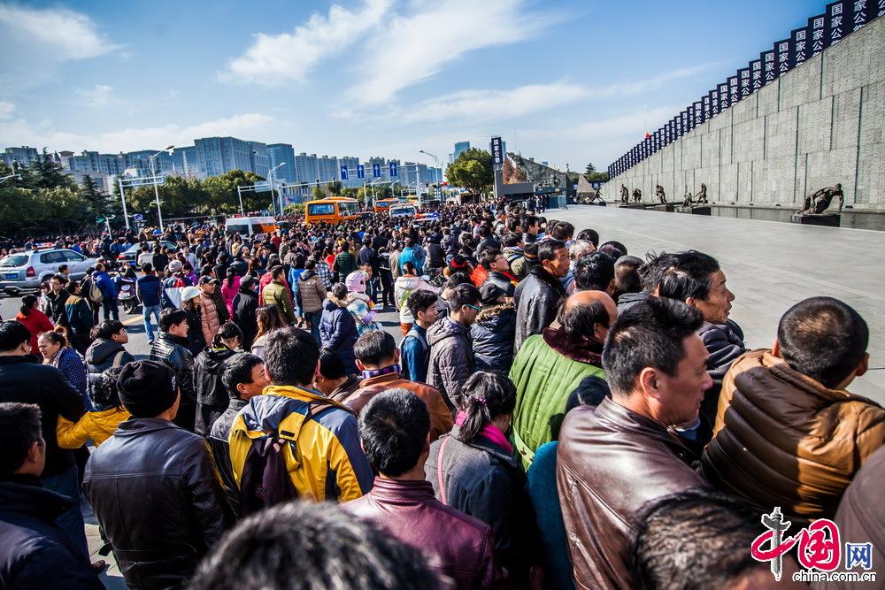 12月13日,南京大屠杀死难者国家公祭仪式在侵华日军南京大屠杀遇难同胞纪念馆隆重举行。活动结束后,众多南京市民和游客等待进入侵华日军南京大屠杀遇难同胞纪念馆祭奠遇难同胞。 中国网记者 郑亮摄影
