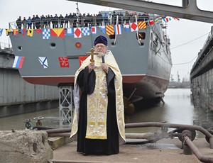 俄最新型护卫舰下水 神父洗礼祝福