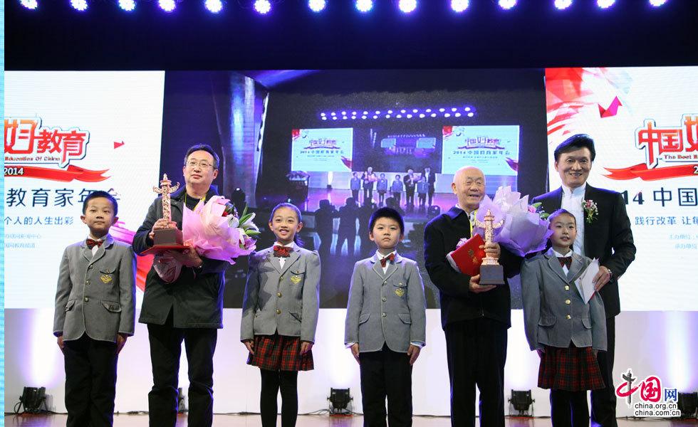 烛光奖颁奖现场:管长龙(左一,为文圣常老人代领)、吴桐祯老人(右一)