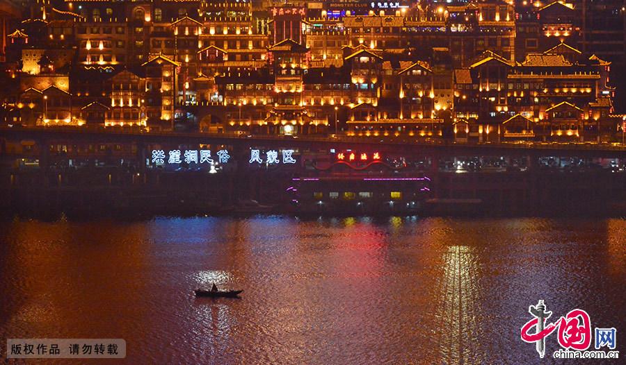 图为重庆洪崖洞奇幻美丽的夜景,彷佛宫崎骏电影《千与千寻》中那条不可思议之街,引人入胜。中国网图片库 周会/摄