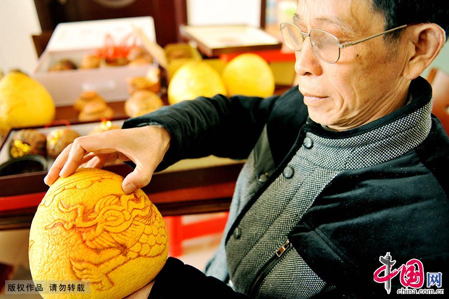 祝国根经过20多年的实践摸索,掌握了一套柚壳捏花的技艺,使得失传已久的民间工艺得以延续。中国网图片库 卓忠伟/摄