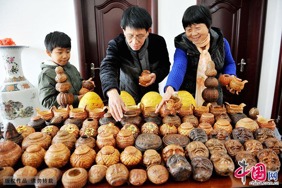 目前,祝师傅共创作傩面脸谱、三足鼎、灯笼等柚壳捏花作品500余件,而这项用手摁捏柚壳掐花技艺后生们都不愿学,濒临失传。中国网图片库 卓忠伟/摄