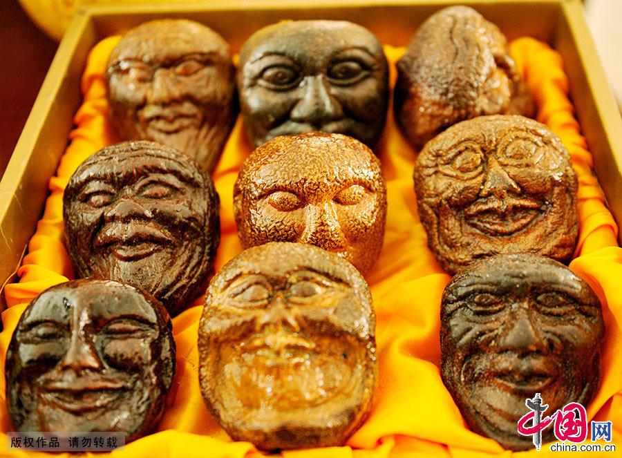 祝国根用柚壳创作的傩面脸谱作品。中国网图片库 卓忠伟/摄