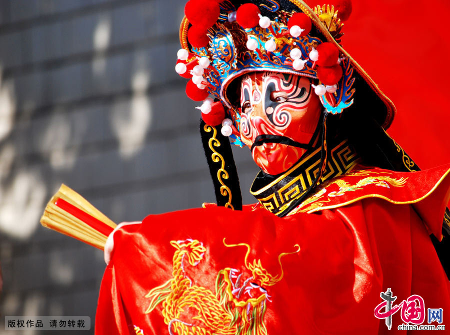 川剧,是中国汉族戏曲剧种之一,川剧是我国戏曲宝库中的一颗光彩照人的明珠。川剧变脸是川剧表演的特技之一,用于揭示剧中人物的内心及思想感情的变化,即把不可见、不可感的抽象的情绪和心理状态变成可见、可感的具体形象——脸谱。中国网图片库 王强/摄