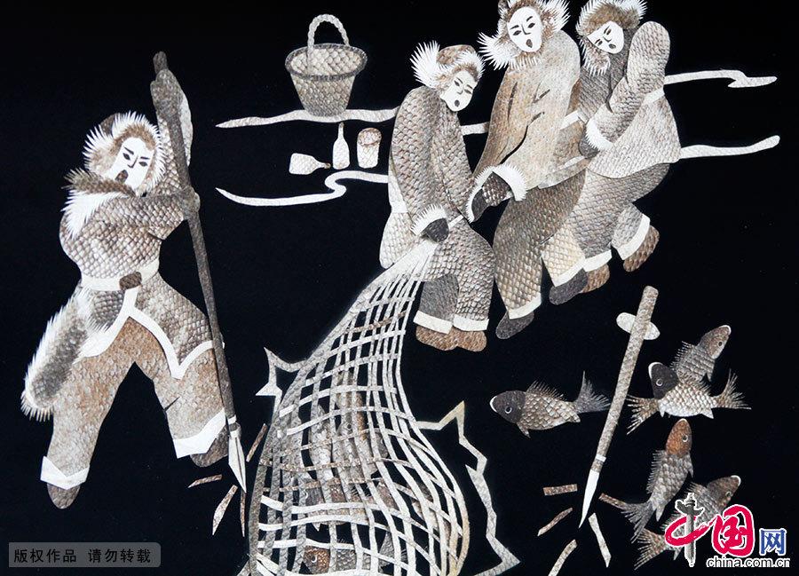 鱼皮画是赫哲族传统的艺术品种。通过对鱼皮的粘贴和镂刻,以独特的形式,从不同角度表现了赫哲族人民的聪明才智和审美的群体意识。图为描绘冬天凿冰捕鱼的鱼皮画。中国网图片库 韩加君/摄