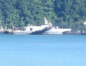 台湾双体隐身战舰海试冒浓烟