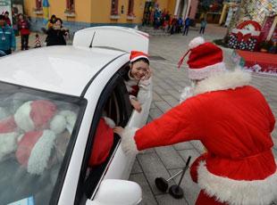 19个'圣诞老人'塞入一辆小车