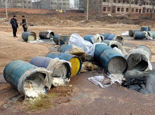 百余废料桶扔居民楼附近 熏得住户忙关窗