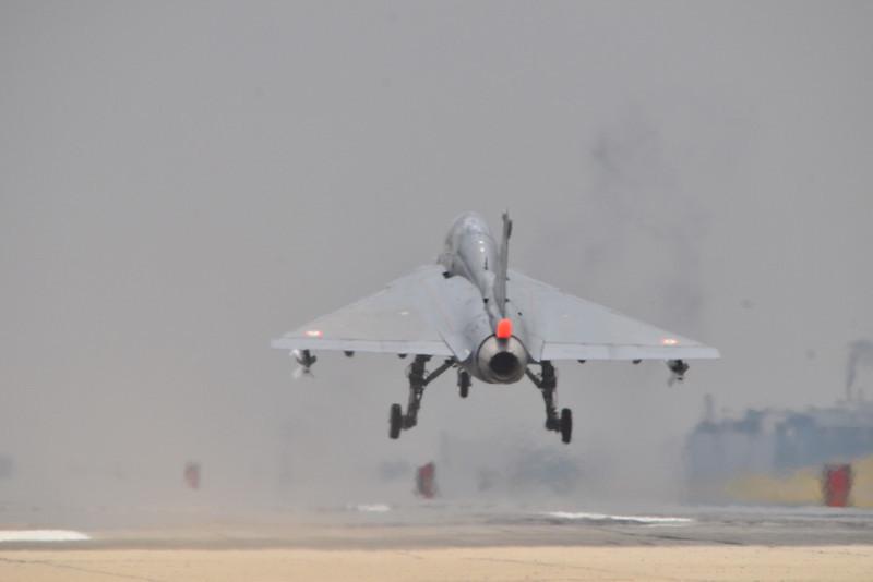 印度国产LCA战机完成模拟航母滑跃起飞[组图