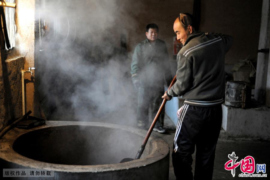老油坊工人在炒制菜籽。