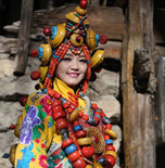 """以人为""""饰"""" 裹在五彩藏袍里的九寨山水"""