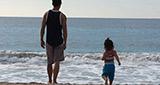 吳彥祖與女兒海邊玩耍