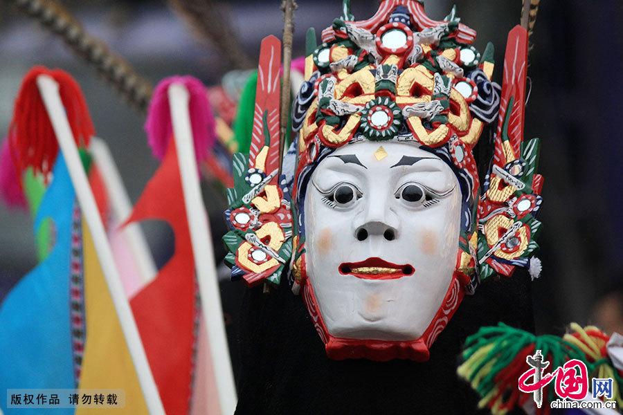 """安顺地戏是一种古老的戏剧,距今已有600余年历史。地戏以表演古朴粗犷而著称,被誉为""""中国戏剧的活化石"""",2006年被国务院列入我国第一批国家级非物质文化遗产保护名录。中国网图片库 曹忠宏/摄"""