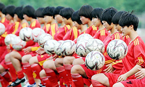 """足球""""女汉子""""的冠军梦"""