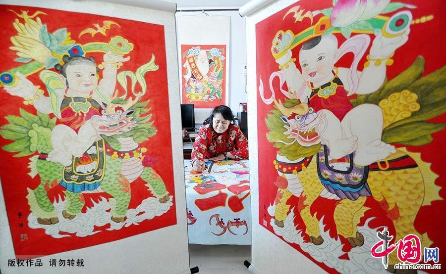 12月31日,河北省邯郸市复兴区民间艺人黄颖在创作手绘年画。我国的年画大都是木版雕刻,然后添色印刷而成,纯手绘年画较少。而黄颖的年画跟国画、油画似的,是纯粹手绘而成。中国网图片库 郝群英/摄
