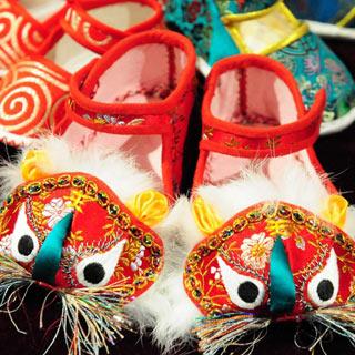 """【非遗】""""比猫画虎""""寓意吉祥的虎头鞋"""