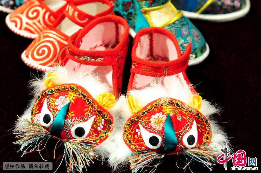 2015年1月10日,南京博物院,非遗馆展示的精致的虎头鞋。制作人为虎头鞋技艺传承人虞秀琴。中国网图片库杨素平摄影