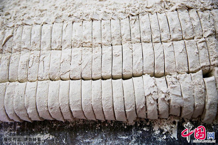 頂市酥採用脫殼的白芝麻、白糖,配以少量的麵粉,拌以飴糖精製而成。中國網圖片庫 吳孫民/攝