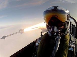 世界各國戰鬥機飛行員玩自拍 拍到導彈發射瞬間
