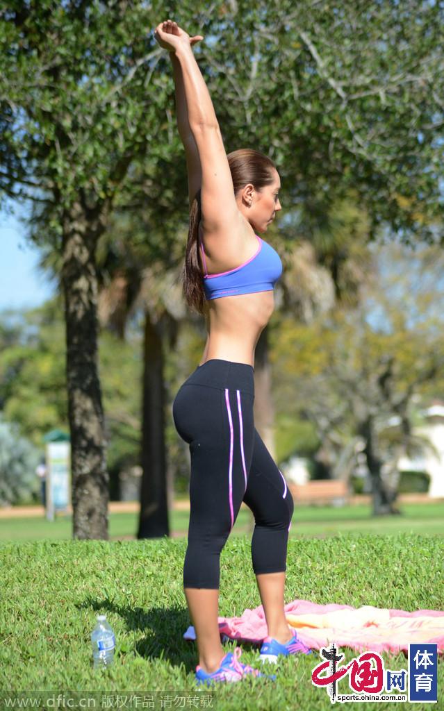 美女主播安德里娅 卡莱公园做瑜伽