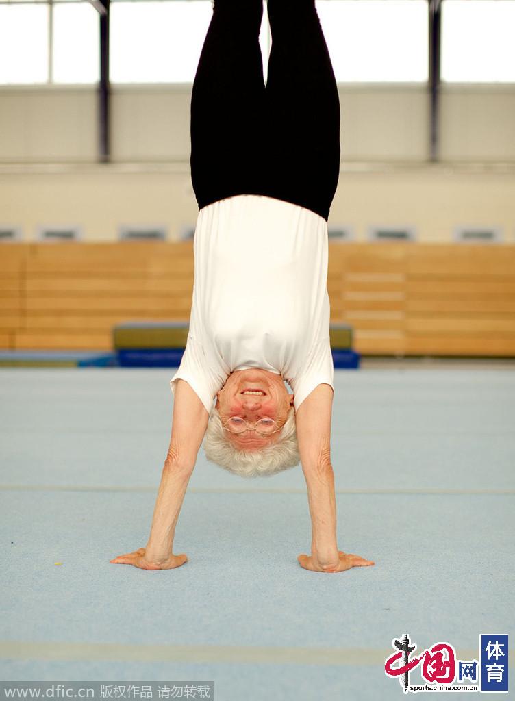 退休老人生活跳钢管舞