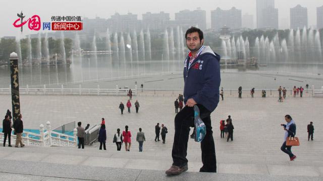 李伟棋在西安参加学校组织的文化考察活动。
