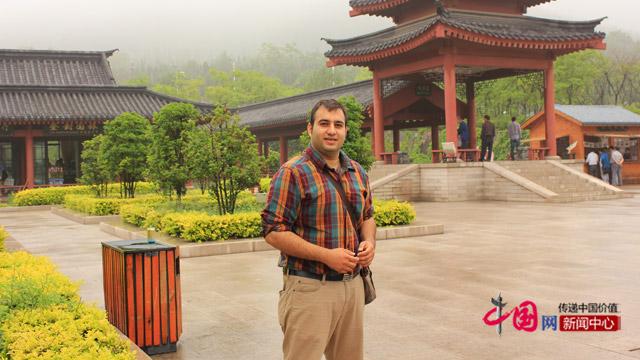 李伟棋在河南少林寺参加学校安排的文化考察活动。