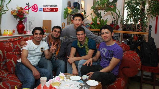 李伟棋(左二)在天津李老师家。李老师是李伟棋在阿富汗的中文老师,于2009年回国。2010来中国时顺便去拜访李老师。