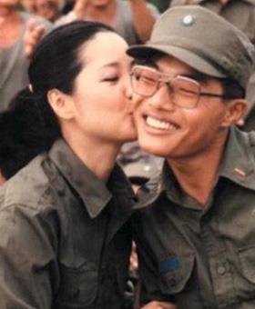 邓丽君劳军献吻大兵:被吻士兵三天只洗半边脸