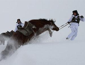 邊防戰士騎馬在-25℃雪地中巡邊