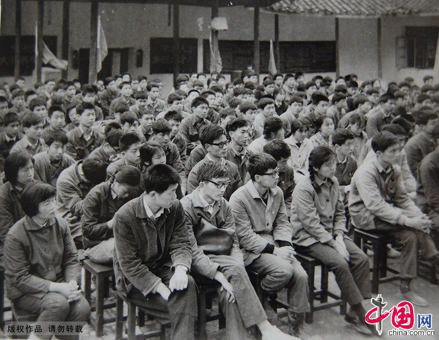 77、78级大学生,汇聚了文革后11年的青年精英,自然也就出现巨大的年龄差。1978年5月,无锡,南京化工学院无锡分院为当年入校的78级学生举行隆重的开学典礼,图为开学典礼上的大学生。中国网图片库 杨素平/供图