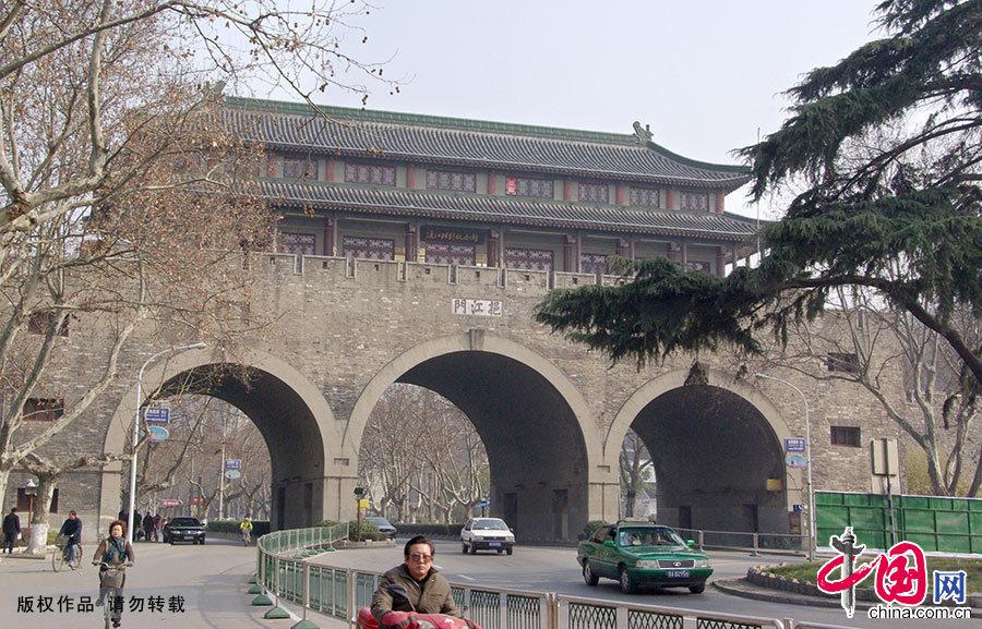 1984年,該城門上建起渡江勝利紀念館。圖為攝于2009年2月11日的南京挹江門城樓,車輛和行人從這裡穿過。中國網圖片庫 建華/攝