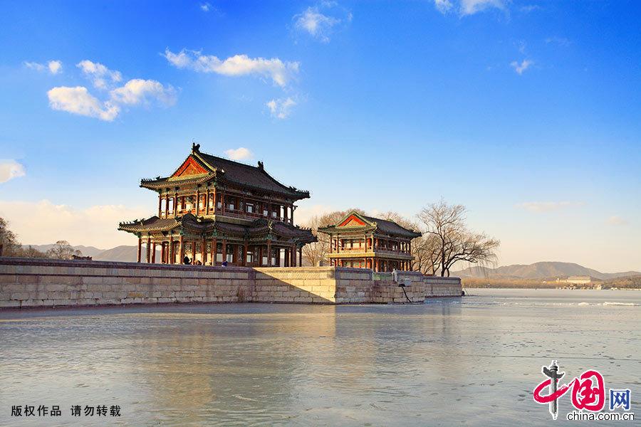 颐和园,节气已进入四九寒天。图为美丽的西堤冬景。西堤是颐和园中一道蜿蜒水中的长堤,仿杭州西湖上的苏堤而建,其上建有六座桥亭。中国网图片库 艾经纬/摄