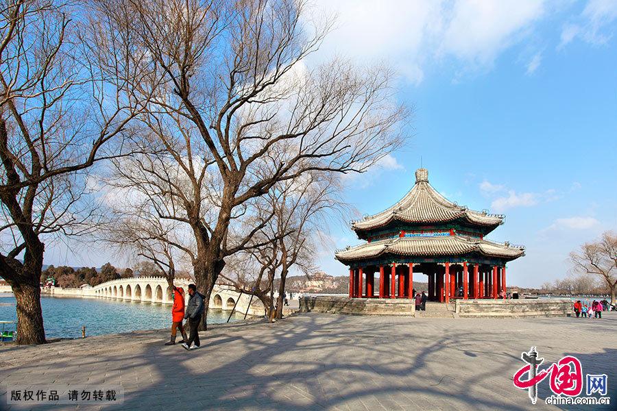 蓝天白云下的十七孔桥和廓如亭分外美丽。廓如亭建于乾隆时期,俗称八方亭。中国网图片库 艾经纬/摄