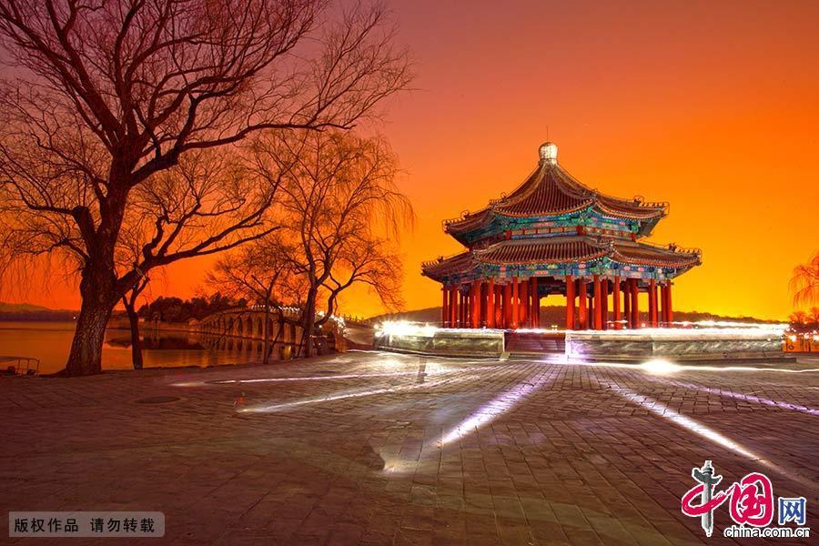 颐和园,夜色下的十七孔桥和廓如亭。中国网图片库 艾经纬/摄