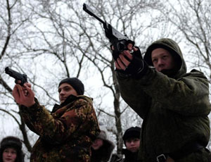 俄羅斯學生雪地射擊拉練 體驗真實軍隊生活