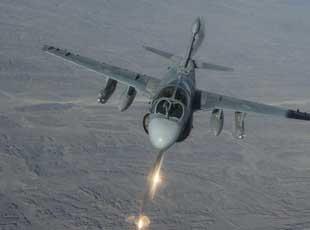 美軍電子攻擊機在阿富汗扔干擾彈畫面
