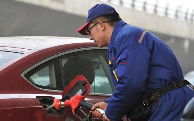 中国油价迎史上首次十三连跌 汽油回5元时代