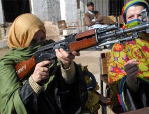 巴基斯坦女教師學用56式衝鋒槍