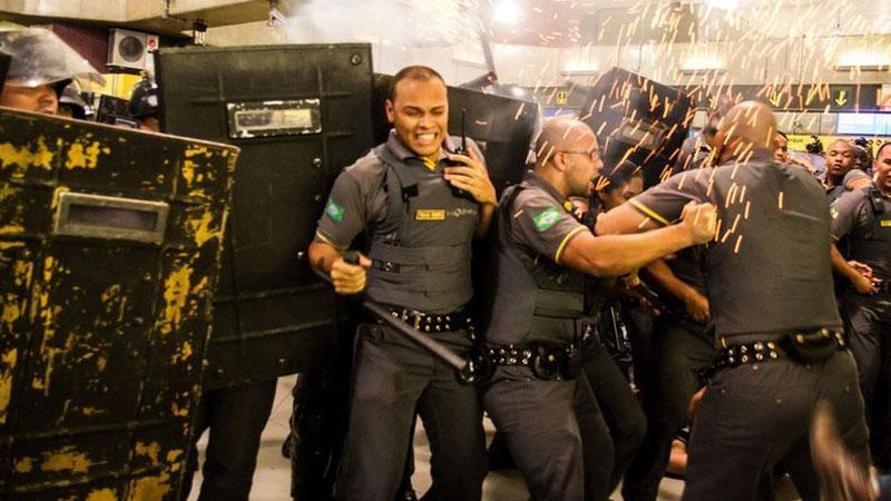 巴西民众抗议交通费上涨与警方冲突