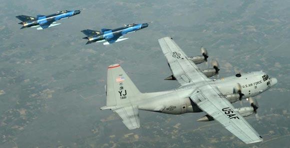 高清:歼7战机与美军C130象步游行